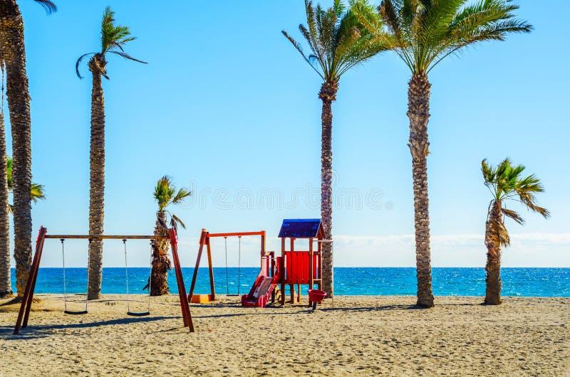 Bunter Kind-` s Spielplatz auf dem Strand an einem heißen Tag, Playgr stockfoto