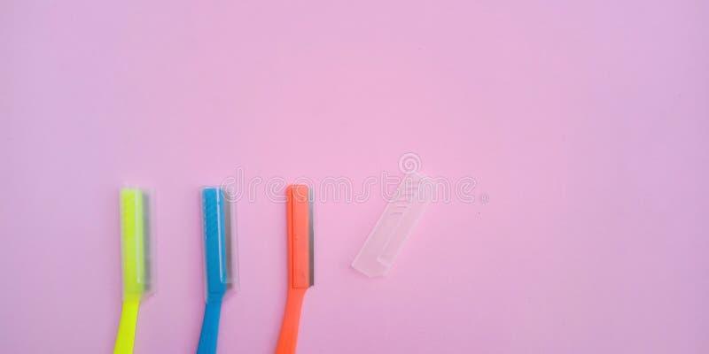 Bunter Kunststoffgriff von Rasiermessern oder von Plastikaugenbrauenrasiermesser eine Art des Zeitgebrauches nur lizenzfreies stockbild