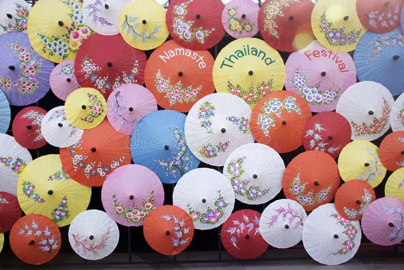 Bunter lanna Regenschirm am thailändischen Festivalstraßen-Nachtmarkt in Neu-Delhi, Indien lizenzfreie stockfotografie