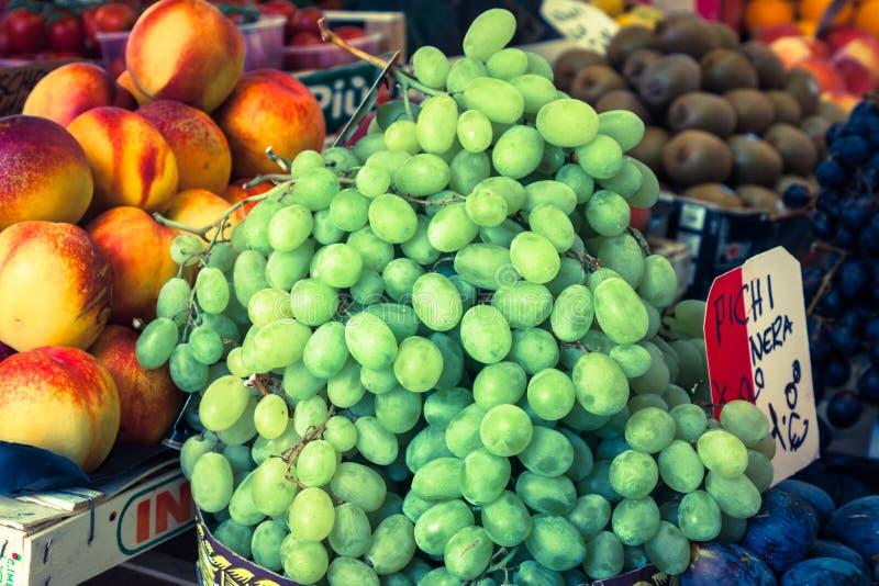 Bunter Lebensmittelgeschäftmarkt in Venedig, Italien Im Freienmarkt stockfoto