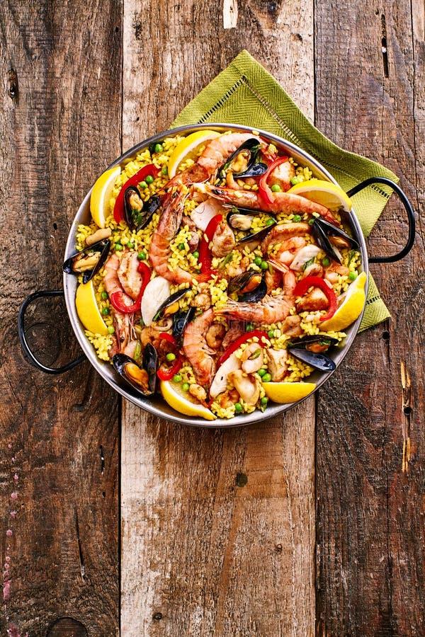 Bunter Meeresfrüchte-Paella-Teller mit Schalentieren lizenzfreie stockbilder