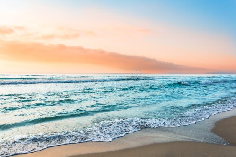 Bunter Meereswoge, Meerwasser Sonnenunterganglicht und schöne Wolken auf Hintergrund stockfotos