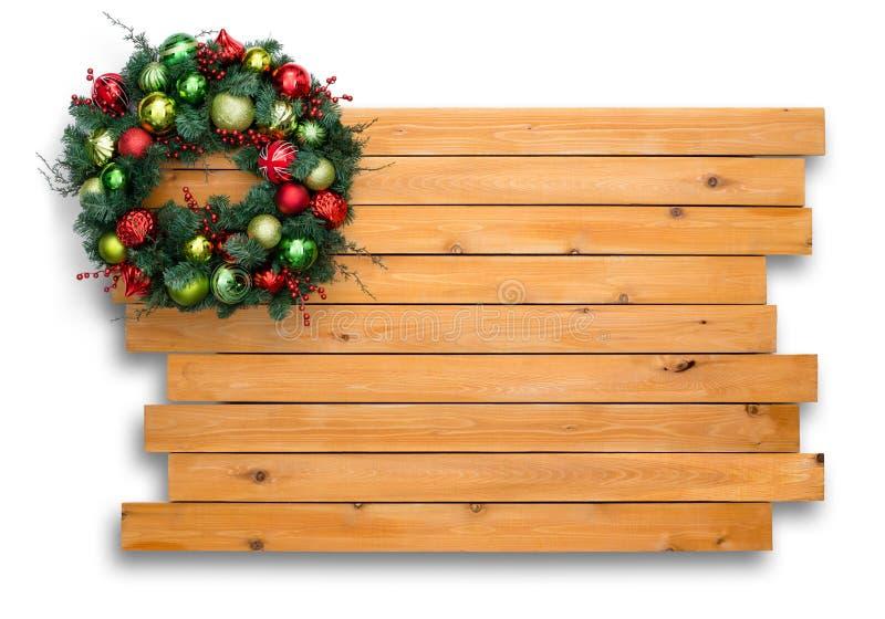 Bunter natürlicher Kiefer Weihnachtskranz auf Zeder lizenzfreies stockfoto