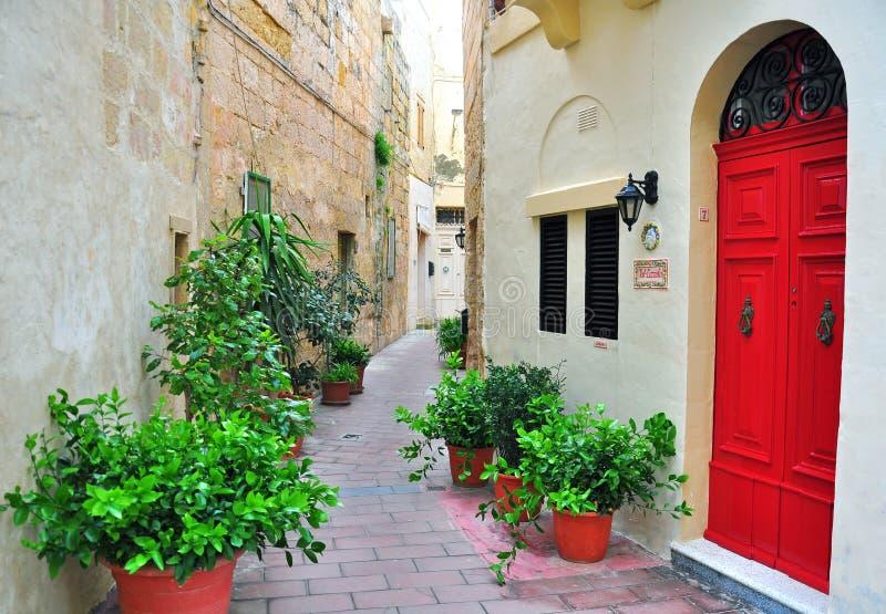 Bunter Patio in Malta lizenzfreie stockbilder