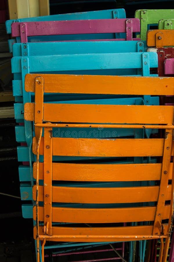 Bunter Patio sitzt Vertikale vor stockfotos