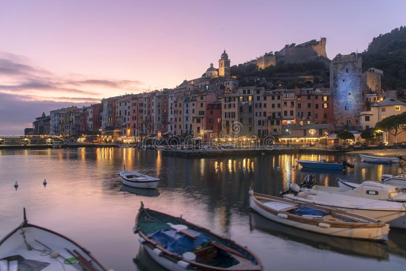 Bunter purpurroter Sonnenuntergang über Portovenere, Italien lizenzfreie stockfotografie
