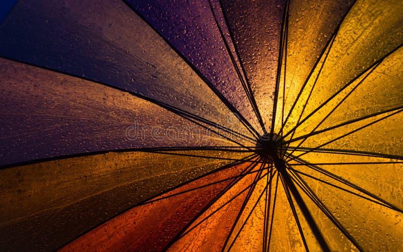 Bunter Regenschirm unter starkem Regen stockbilder