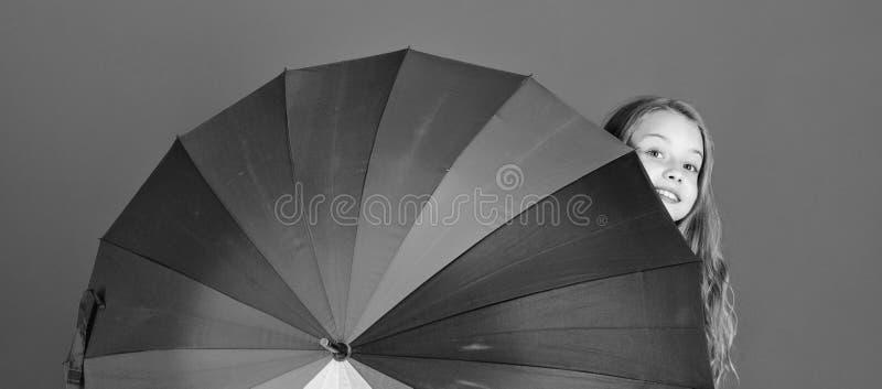 Bunter Regenschirmzusatz Wettervorhersagekonzept Positiver zwar regnerischer Tag des Aufenthalts Erhellen Sie herauf das Leben Ki stockbilder