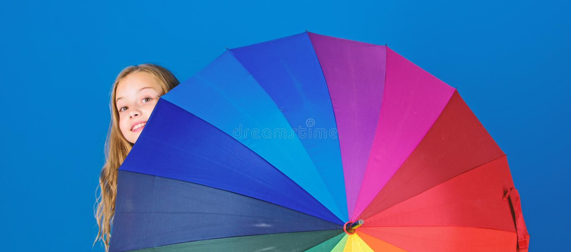 Bunter Regenschirmzusatz Wettervorhersagekonzept Positiver zwar regnerischer Tag des Aufenthalts Erhellen Sie herauf das Leben Ki lizenzfreie stockbilder