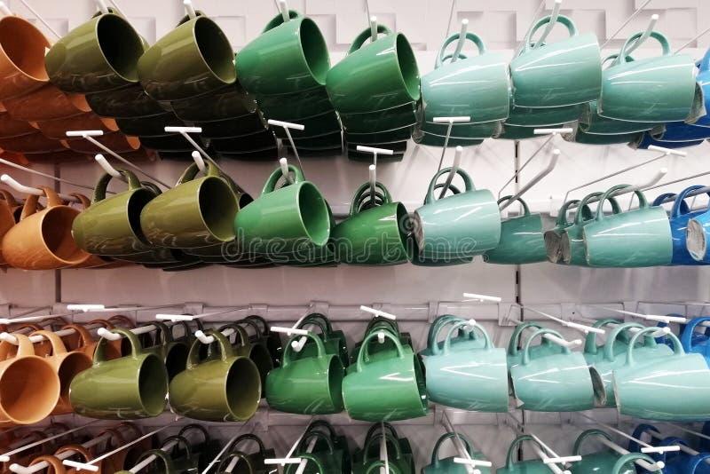 Bunter Schalenspeicher Schalen verschiedene Farben, die im Shop stehen lizenzfreies stockbild