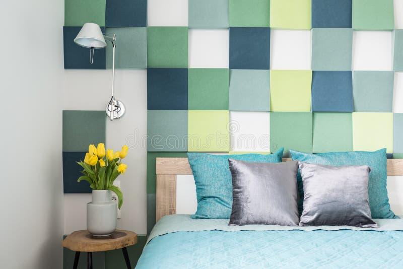 Bunter Schlafzimmerinnenraum mit Tulpen stockfotografie