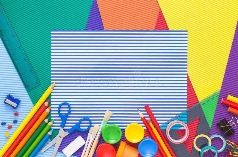 Bunter Schreibtisch mit Schulbedarf Beschneidungspfad eingeschlossen stockbilder
