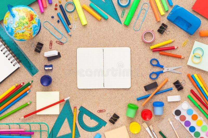 Bunter Schreibtisch mit Schulbedarf Beschneidungspfad eingeschlossen stockbild