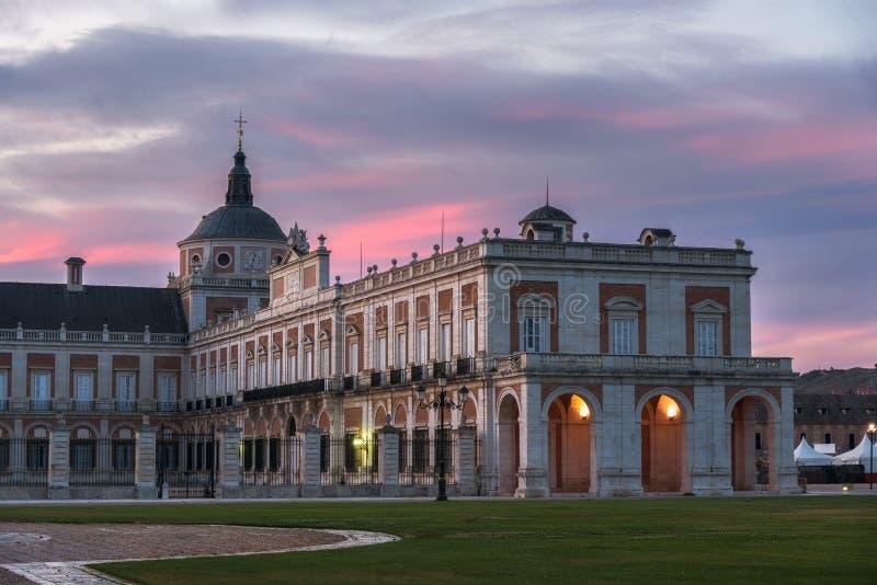 Bunter Sonnenaufgang über dem historischen Palast von Aranjuez, Spanien lizenzfreies stockbild