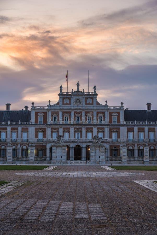 Bunter Sonnenaufgang über dem historischen Palast von Aranjuez, Spanien lizenzfreies stockfoto