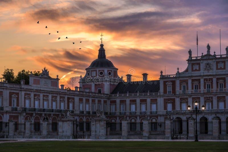 Bunter Sonnenaufgang über dem historischen Palast von Aranjuez, Spanien lizenzfreie stockfotografie