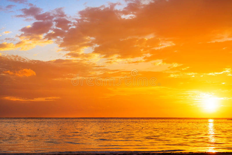 Bunter Sonnenaufgang auf dem Ozean in Punta Cana lizenzfreie stockfotografie