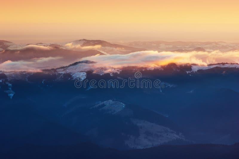 Bunter Sonnenaufgang in den Bergen lizenzfreies stockfoto