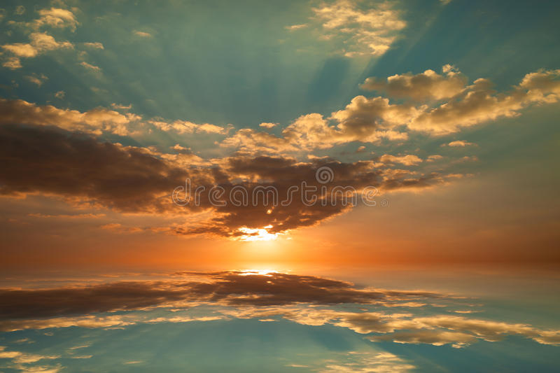 Bunter Sonnenaufganghimmel und -wolke mit Reflex und Licht stockbilder