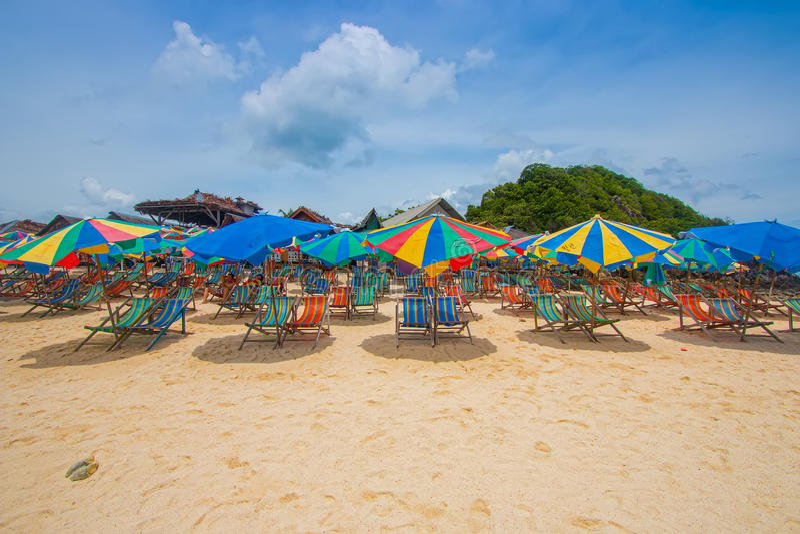 Bunter Sonnenschutz und Stühle auf Strand in Phuket lizenzfreie stockbilder