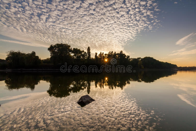 Bunter Sonnenuntergang über dem schönen Fluss lizenzfreie stockfotos