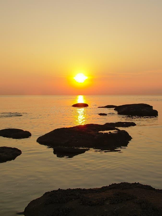 Bunter Sonnenuntergang über der Nordsee mit Felsen im Wasser stockfoto