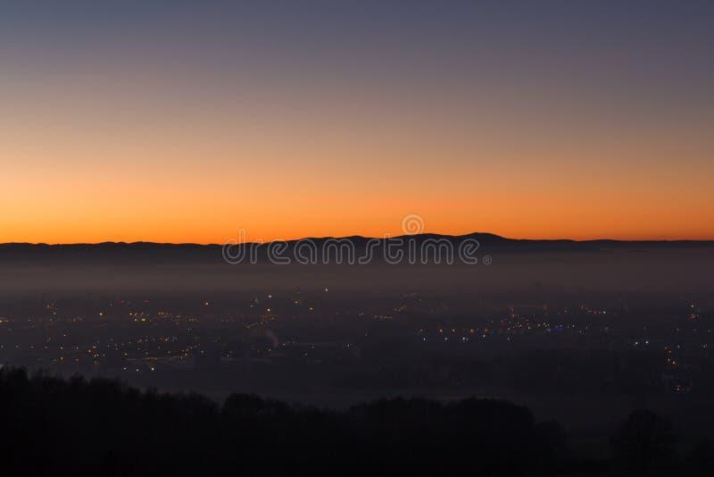 Bunter Sonnenuntergang über tschechischer Stadt Budweis lizenzfreie stockfotos