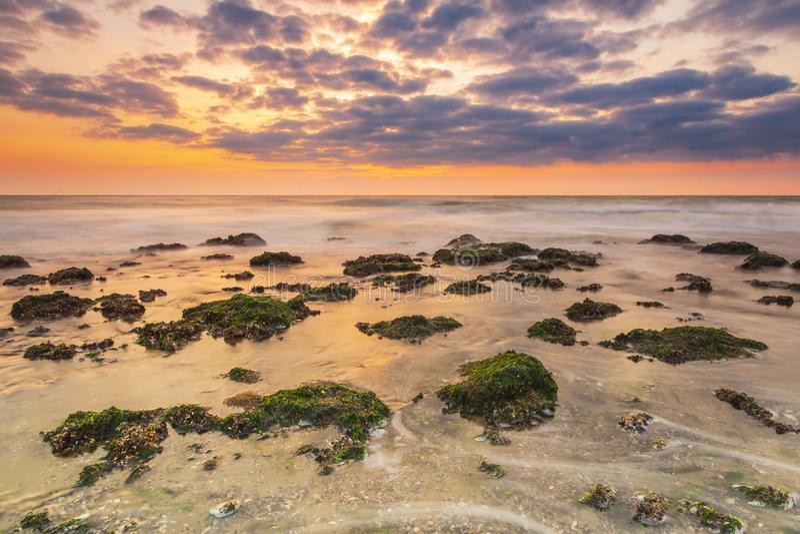 Bunter Sonnenuntergang auf der Seeküstenlinie, ter Heijde, die Niederlande lizenzfreie stockfotos