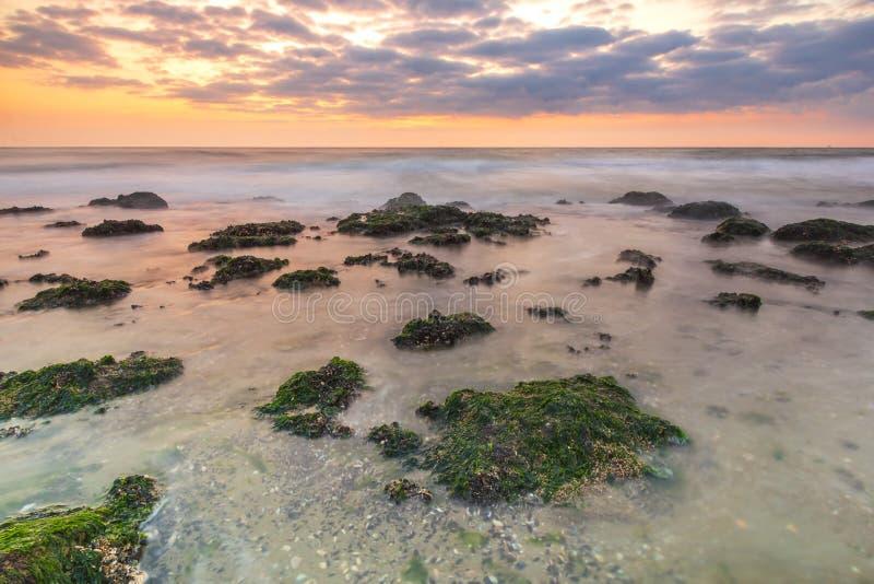 Bunter Sonnenuntergang auf der Seeküstenlinie, ter Heijde, die Niederlande stockfotografie
