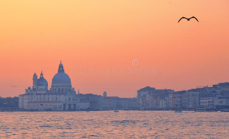 Bunter Sonnenuntergang auf Venedig und Kanal groß mit Santa Maria della Salute-Kirche, Italien lizenzfreie stockfotografie