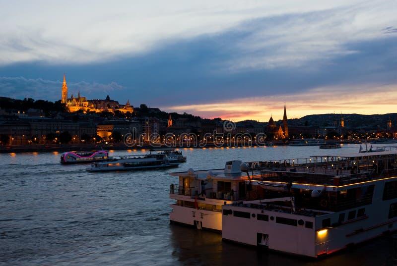 Bunter Sonnenuntergang in Budapest mit einem Panoramablick des Flusses D stockbild