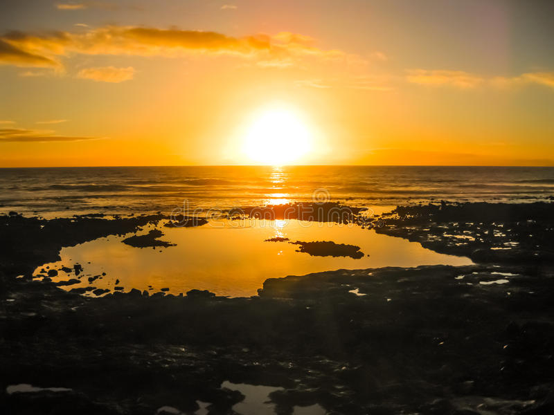 Bunter Sonnenuntergang, der über das Meer nachdenkt lizenzfreies stockbild