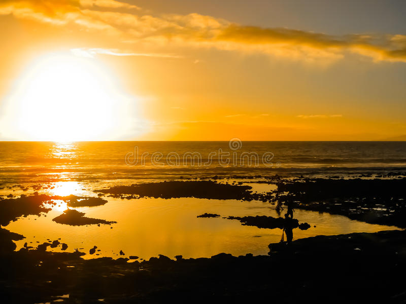Bunter Sonnenuntergang, der über das Meer nachdenkt lizenzfreie stockfotografie
