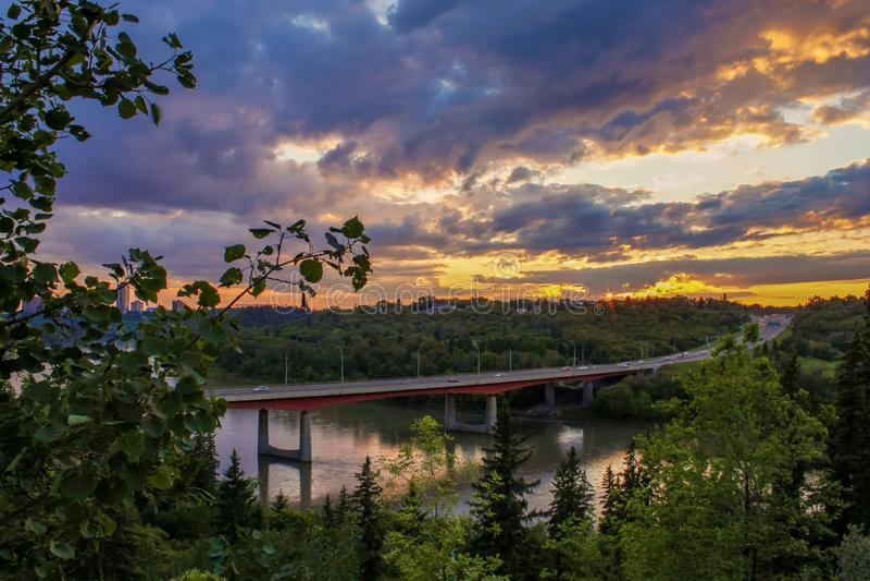 Bunter Sonnenuntergang-Himmel über dem River Valley lizenzfreie stockfotos