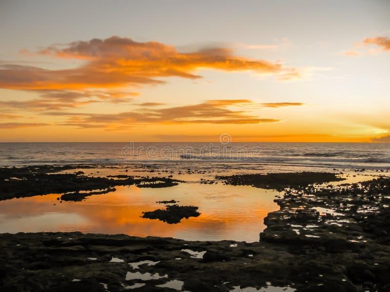 Bunter Sonnenuntergang mit den Wolken, die über den Ozean nachdenken lizenzfreie stockfotografie