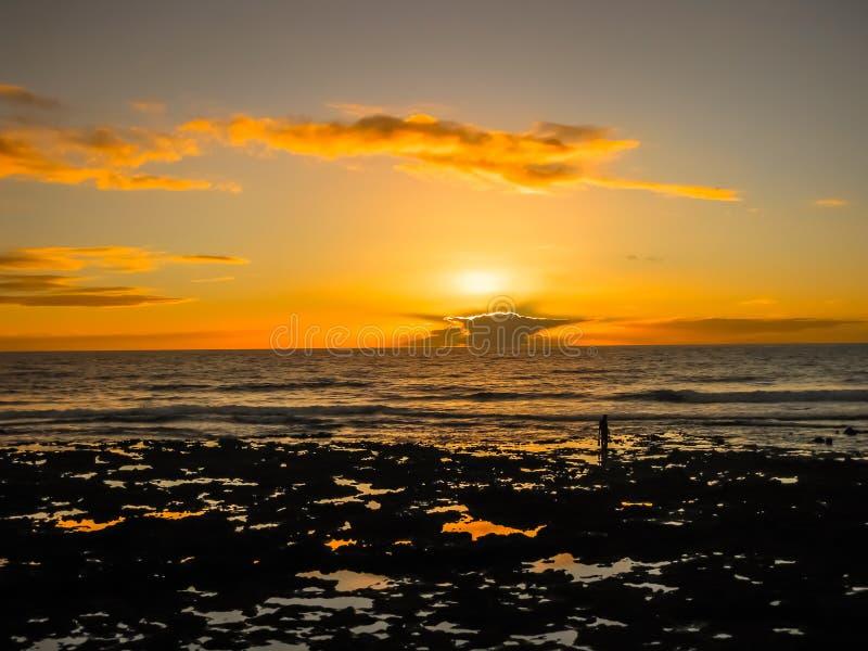 Bunter Sonnenuntergang mit Wolken durch den Ozean stockfoto