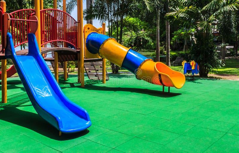 Bunter Spielplatz mit grünem elastischem Gummiboden für Kinder lizenzfreie stockfotos