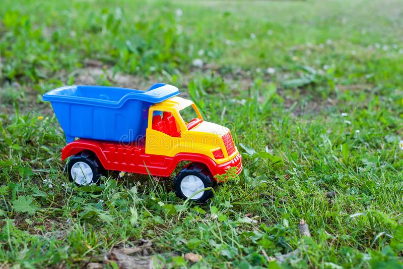 Bunter Spielzeug-LKW lizenzfreies stockbild