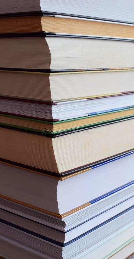 Bunter Stapel Bücher als Hintergrund lizenzfreie stockbilder