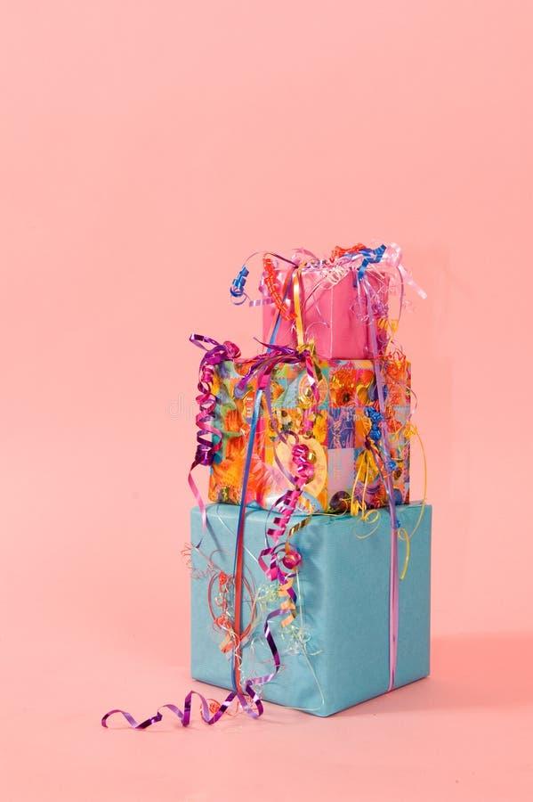 Bunter Stapel Geburtstaggeschenke stockfoto