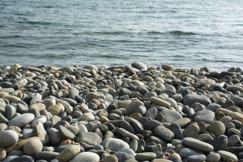 Bunter Stein auf dem Strand stockbild