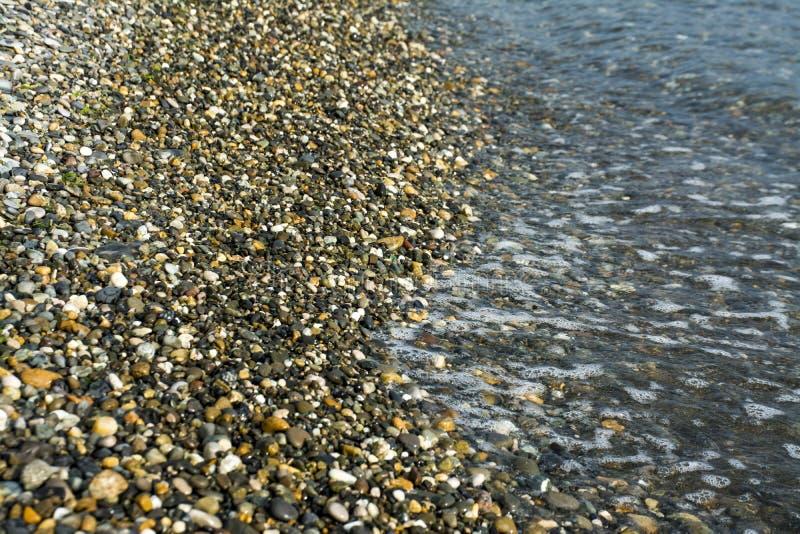 Bunter Stein auf der Strandhintergrundansicht lizenzfreie stockfotografie