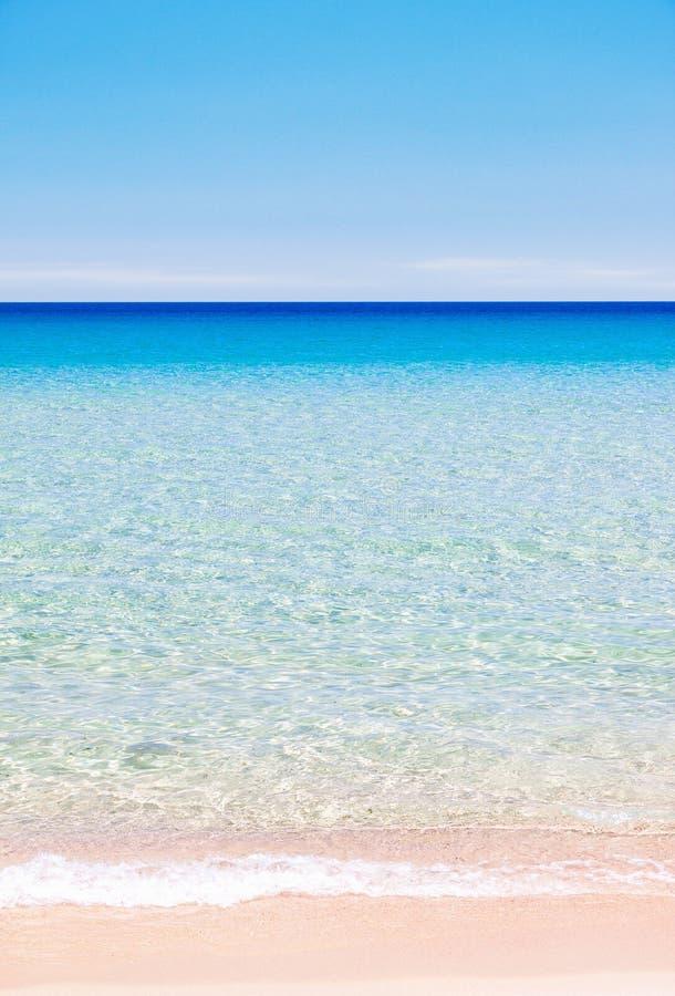 Bunter Strand und ruhiger Ozeanhintergrund lizenzfreies stockfoto