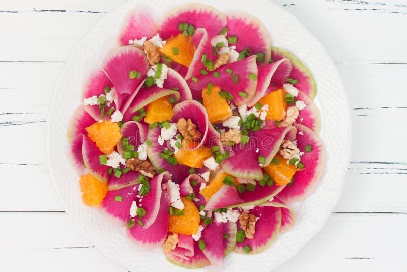 Bunter und gesunder Wassermelonenrettich, -orange und -Ziegenkäse carpaccio Salat Draufsicht, Kopienraum des freien Texts lizenzfreie stockfotos