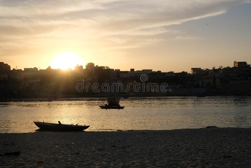 Bunter und reizender Sonnenuntergang in Varanasi, Indien stockbild
