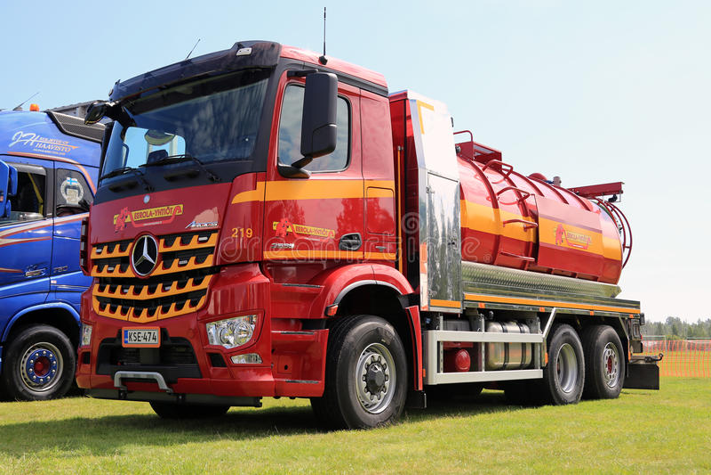 Bunter Vakuum-LKW Mercedes-Benz Arocss 2536 stockbilder