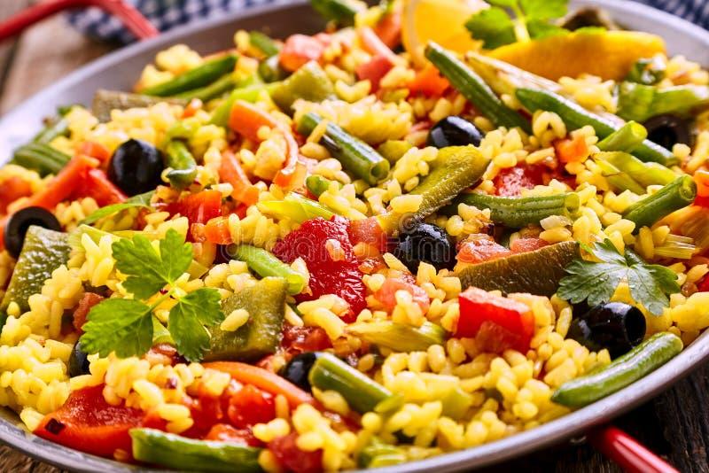Bunter vegetarischer Paella-Reis-Teller gedient in Pan stockbilder