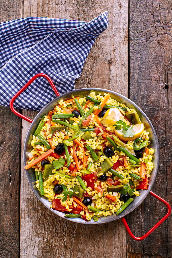 Bunter vegetarischer Paella-Reis-Teller gedient in Pan lizenzfreies stockbild