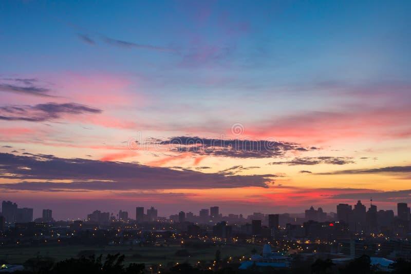 Bunter vibrierender Sonnenaufgang Durban Südafrika stockfotos