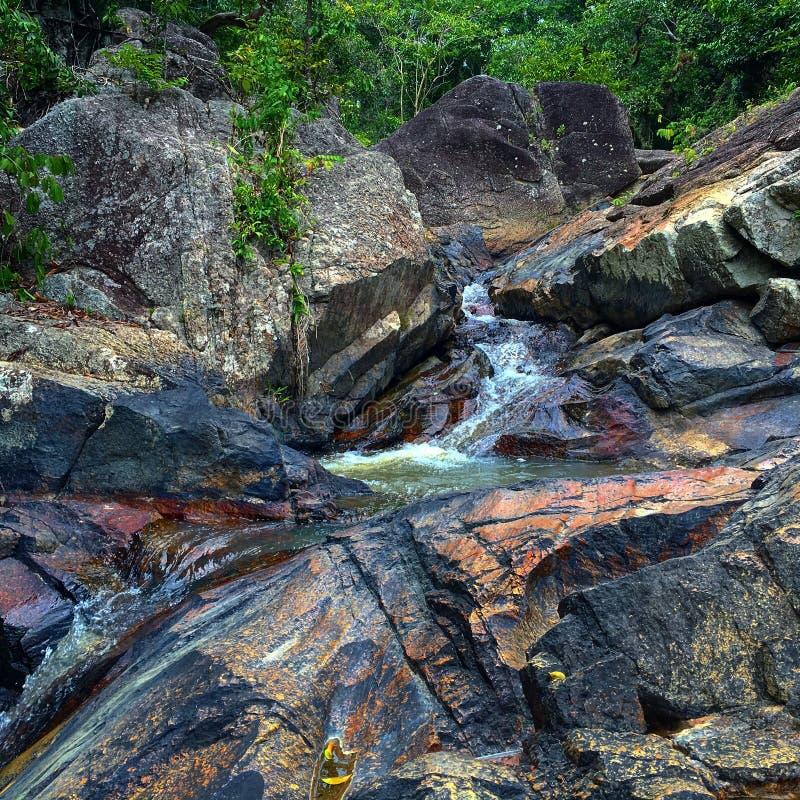 Bunter Wasserfall lizenzfreie stockfotografie